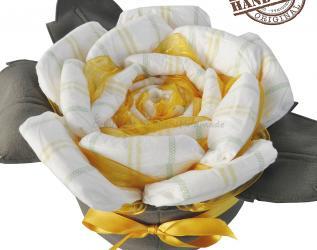 Rosa di pannolini neonato con foglie in pannolenci