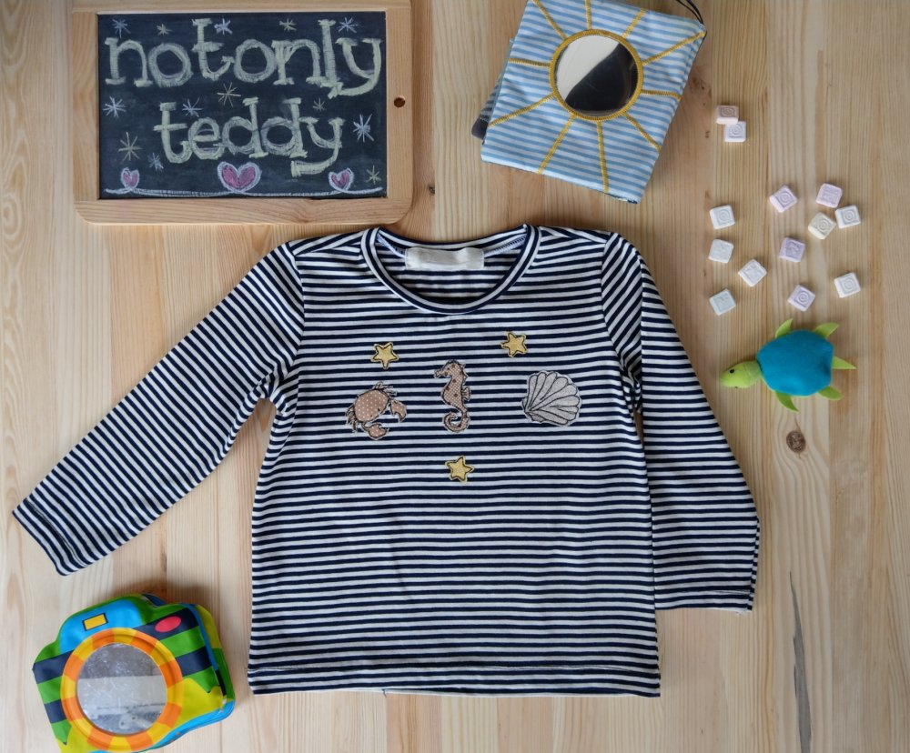 Maglietta in jersey di cotone biologico a righe con applicazioni a tema marino - su ordinazione