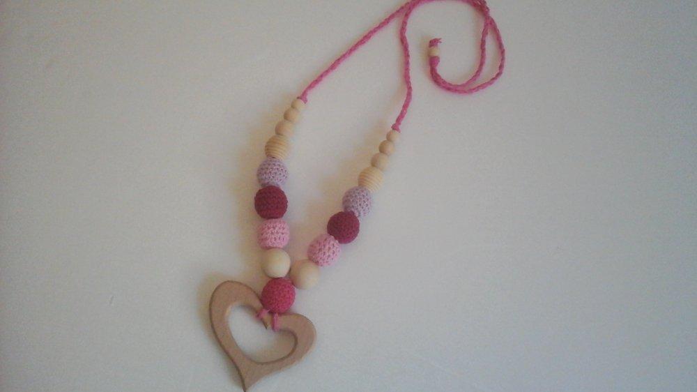 Collana allattamento con perle in legno e crochet in rosa
