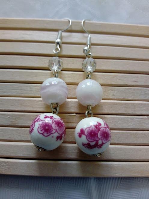 Orecchini a tema floreale nelle nuance del rosa fucsia