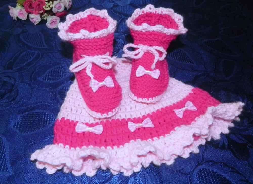 Scarpette e cappellino con fiocchetti rosa-fuxia