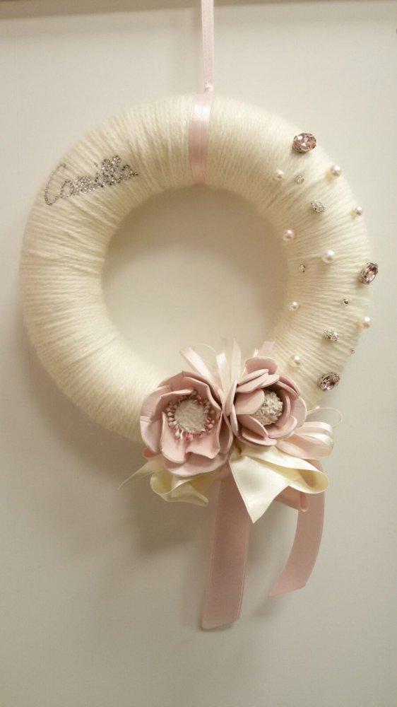 Fiocco shabby femminuccia con fiori, perle e pietre.
