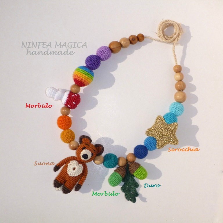 Collana da allattamento e dentizione, l'accessore da babywearing con elementi sensoriali