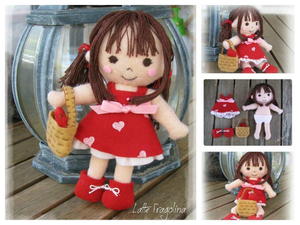 Bambolina in pannolenci con vestito ROSSO. Vestito è rimovibile! Felt pocket doll.