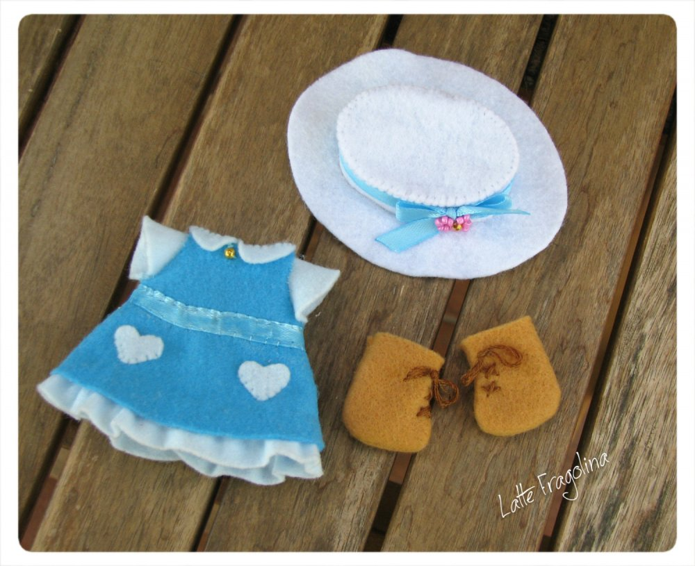 Set di vestito blu per bambolina in pannolenci. Felt pocket doll.