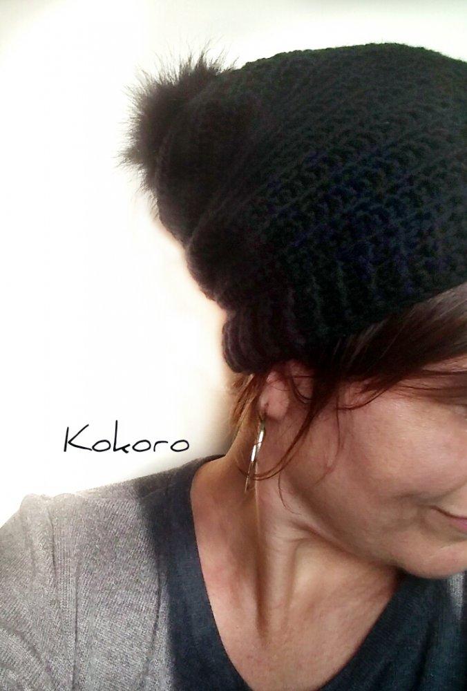 Cappello in morbida lana con pon pon in ecopelliccia