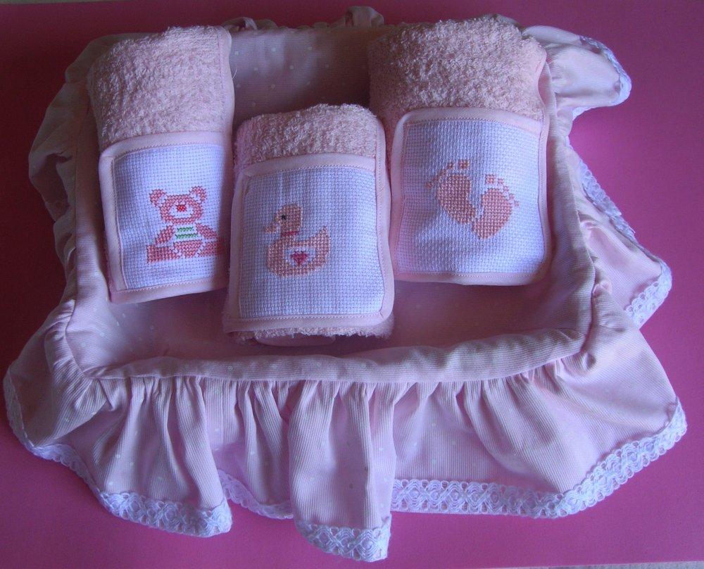 Cestino rivestito in stoffa con asciugamani ricamati a punto croce