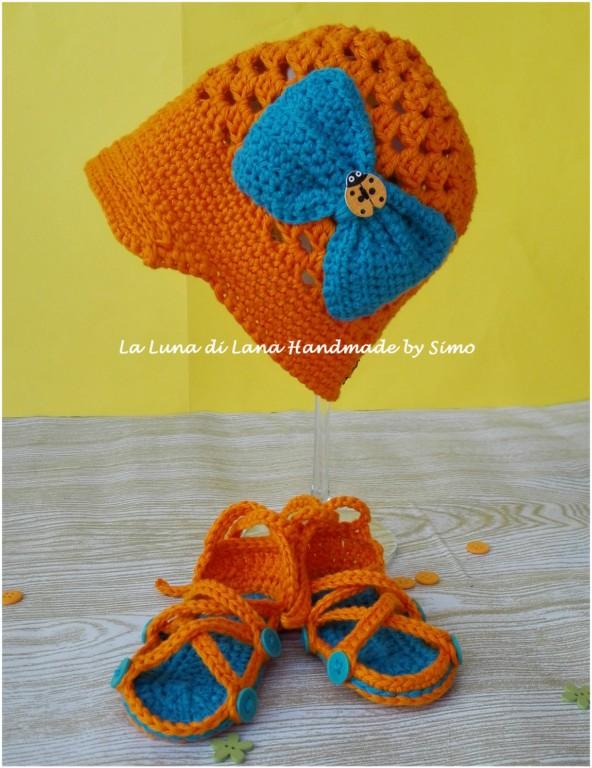 Cappellino a uncinetto con visiera e sandali coordinati in cotone per neonata