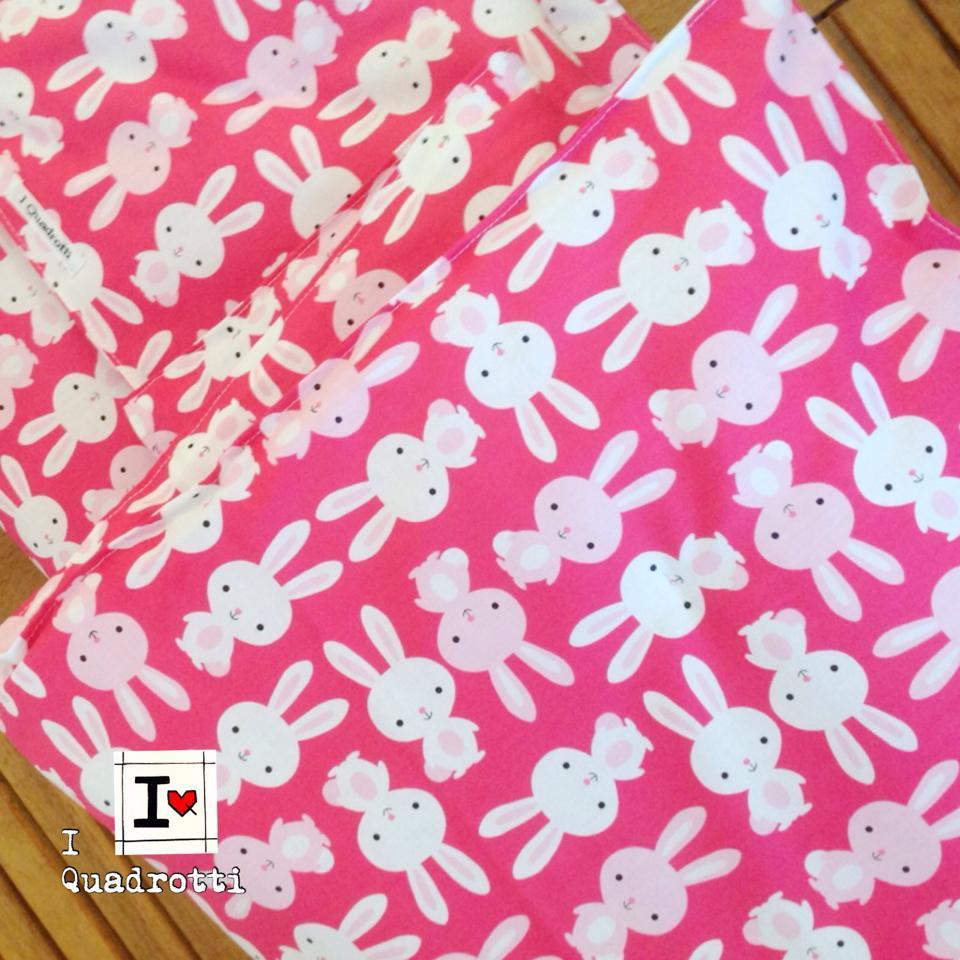 copertina di flanella  per culla e carrozzina rosa con coniglietti