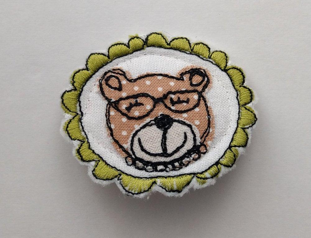 Spilla con ricamo freemotion di orsetto con occhiali