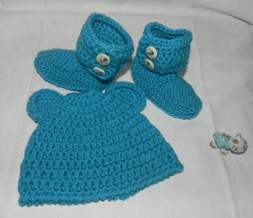 Stivaletti stile Ugg e cappellino azzurro