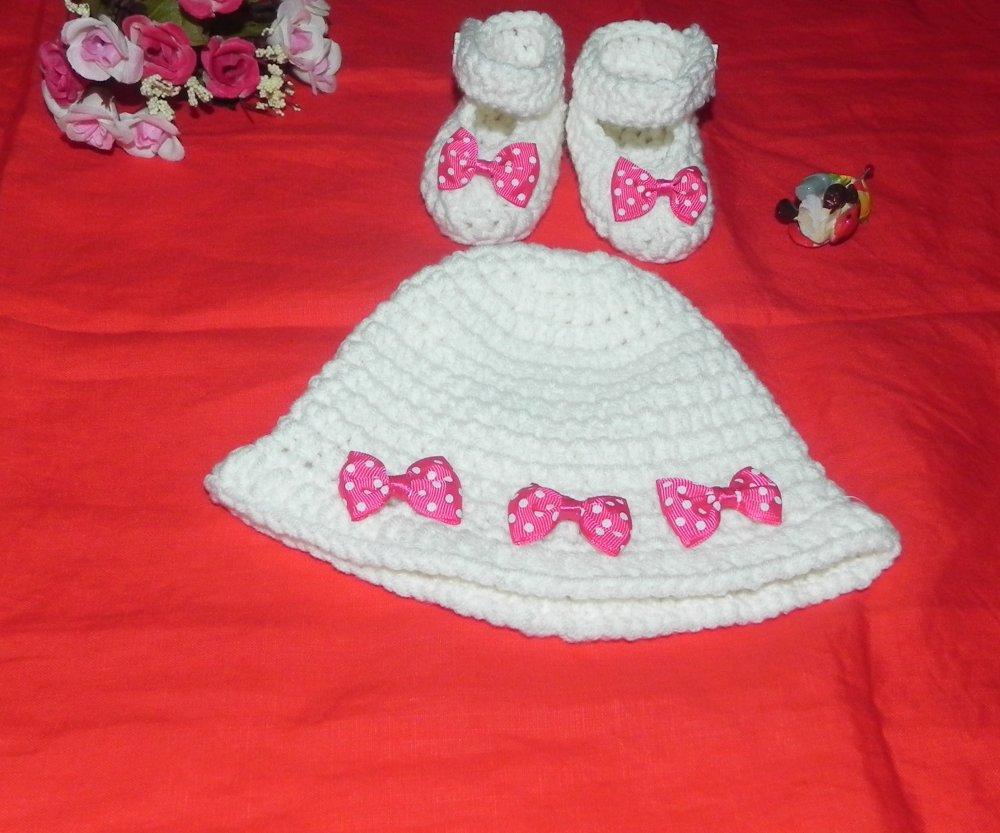 Cappellino e scarpette bebè in cotone bianco