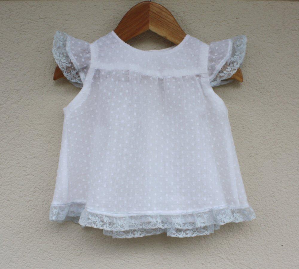 Vestito di cotone plumetis bianco rifinito con pizzo celeste chiaro, abitino da bambina