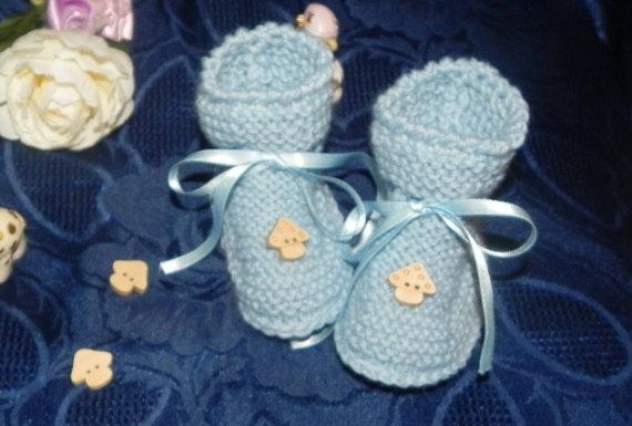 Scarpette   realizzate ad uncinetto in lana  azzurra