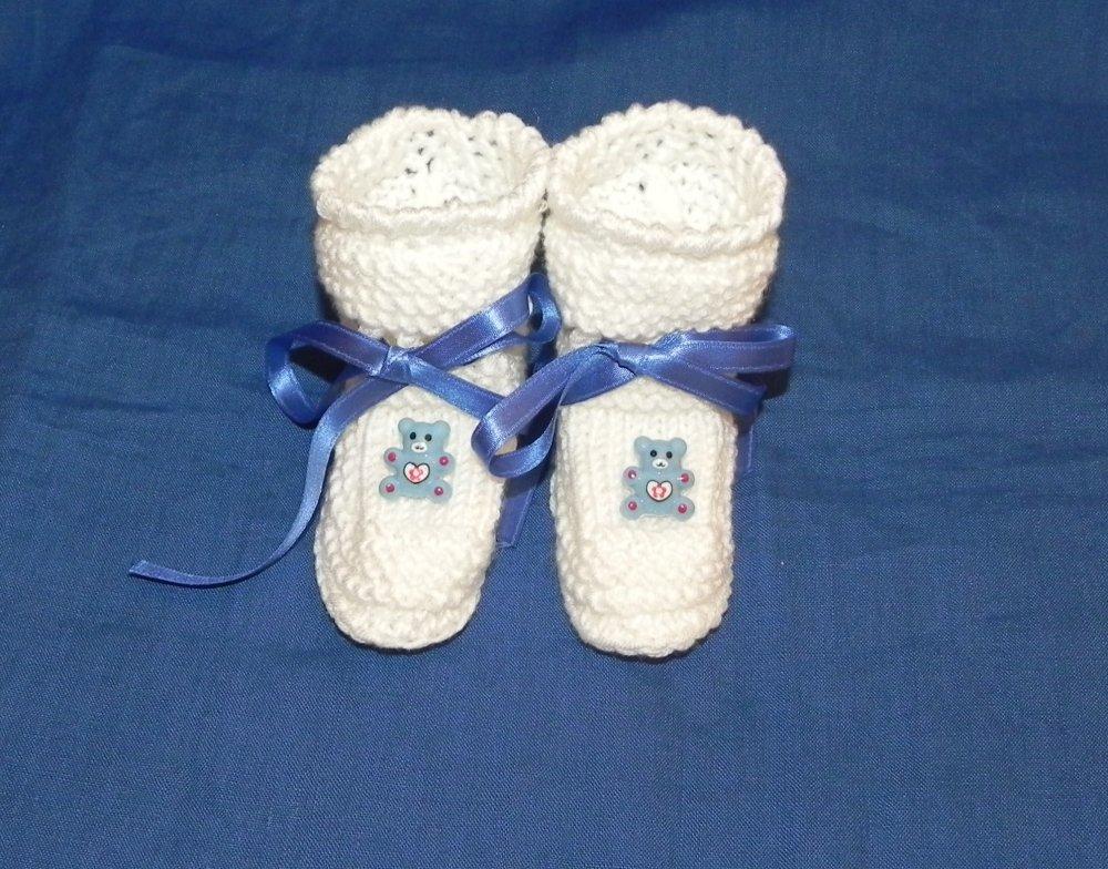 Scarpette neonato realizzate ai ferri con orsetti azzurri