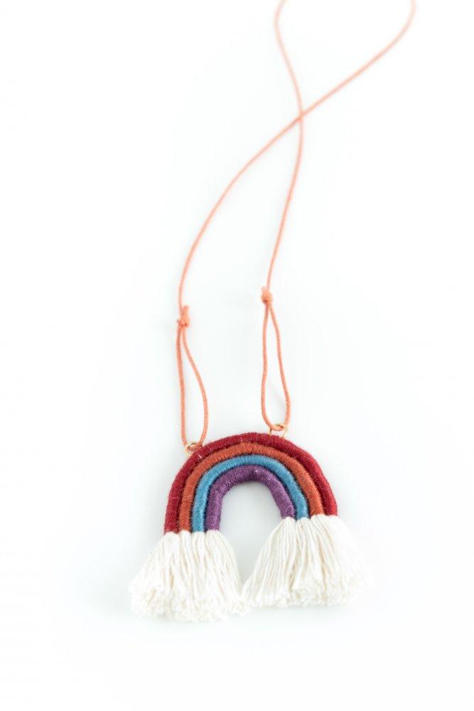 Collana arcobaleno in corda e filo da ricamo con cordoncino regolabile