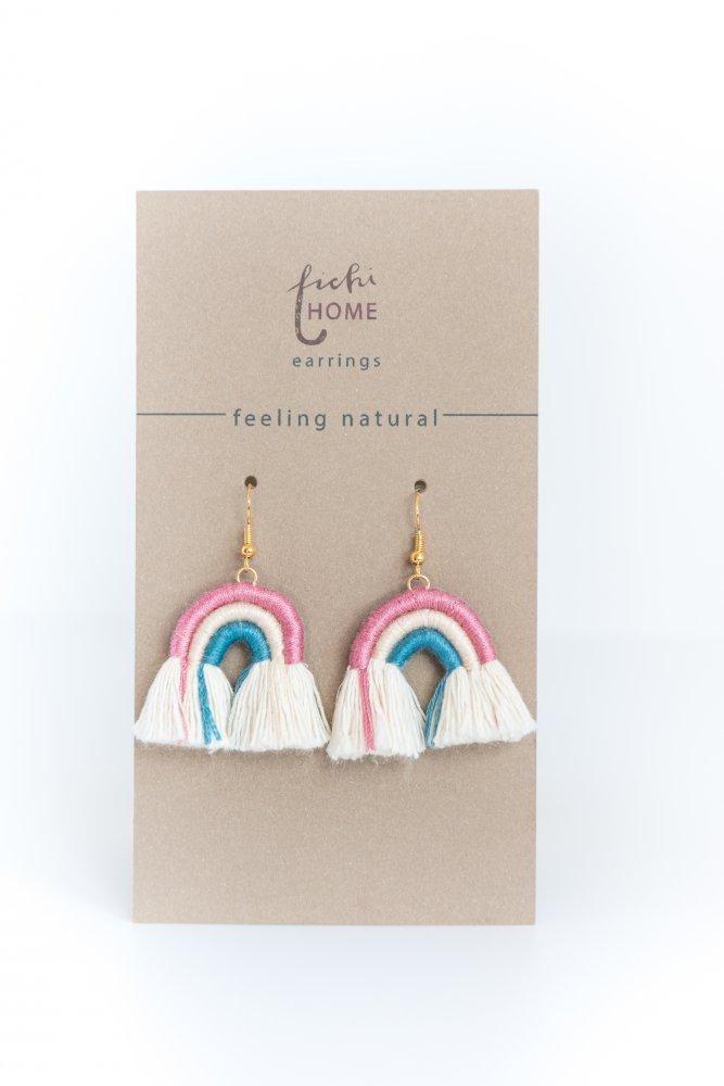 orecchini arcobaleno in corda macramè rosa, bianco e azzurro