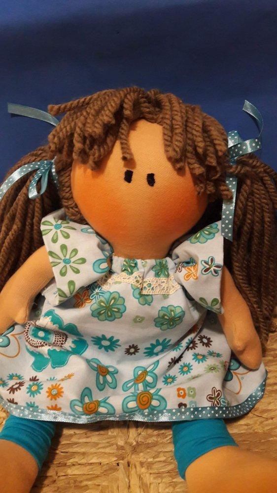 Bambola russa con vestito dalla tonalità azzurra,