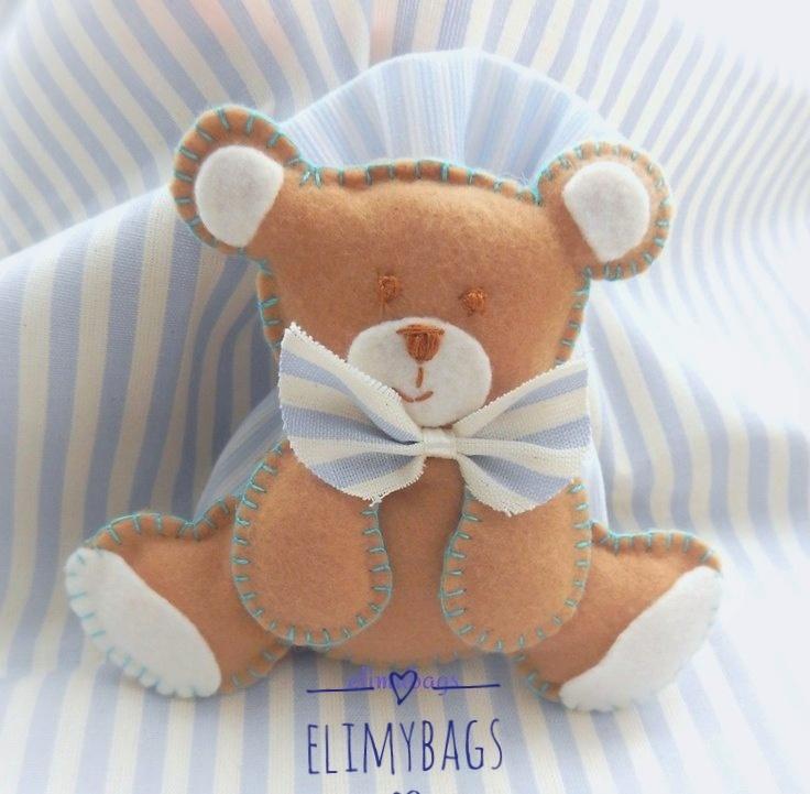 Orsetti Bomboniera con pupazzetto orsetto di feltro da bambino completa di sacchetto biglietto e confetti
