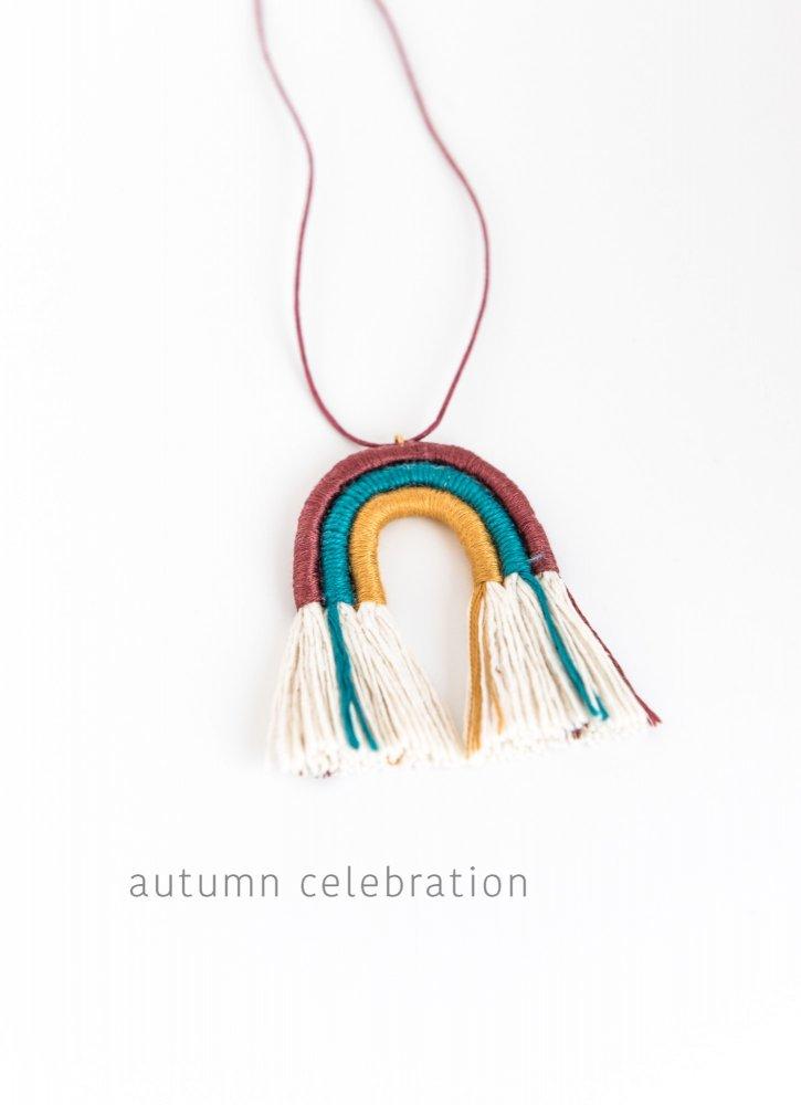 Collana arcobaleno in corda macramè