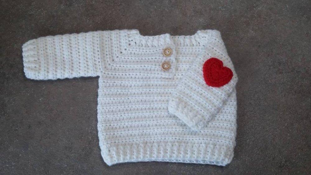 Maglione neonato lavorato a uncinetto con toppe a cuore