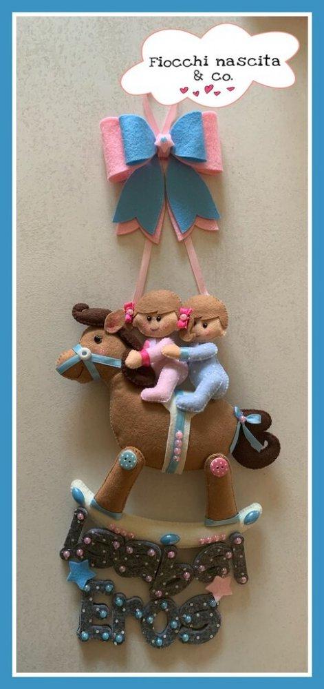 Fiocco nascita gemellini su cavallino a dondolo