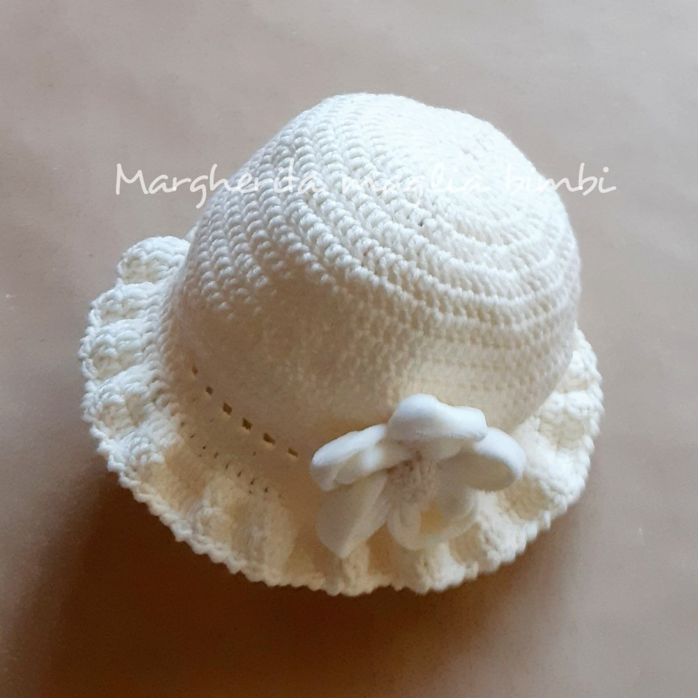 Cappello in lana con fiore in velluto per Battesimo bimba - bianco panna - uncinetto