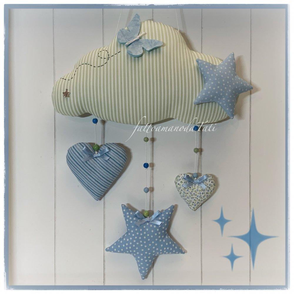 Fiocco nascita nuvola in cotone a righe bianche e verdi con cuori, stelle e una farfalla in cotone sull'azzurro