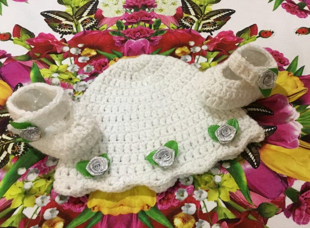Cappellino e scarpette bebè bianco...ideale per battesimo