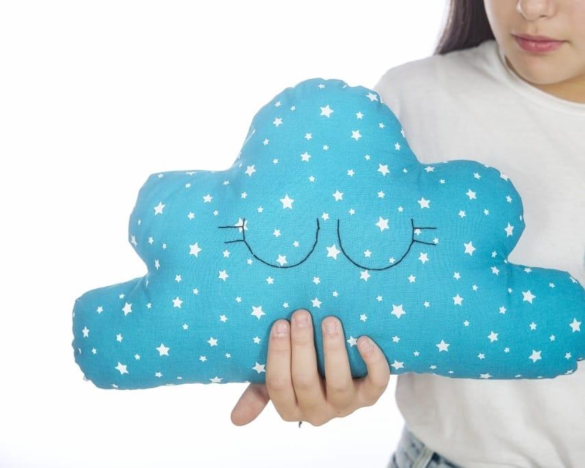 PREORDINE - Cuscino nuvola, pupazzo in tessuto a forma di nuvola (piccola)