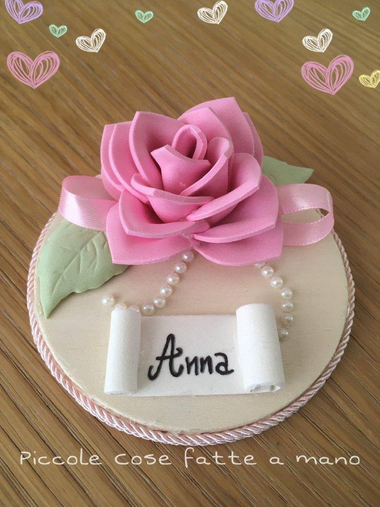 Segnaposto personalizzato con rosa in gomma crepla su disco in legno