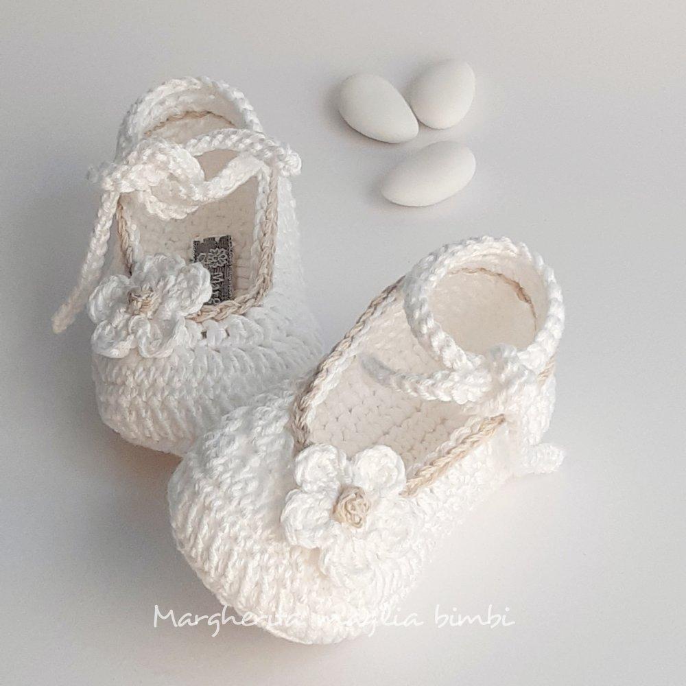 Scarpine bambina/neonata con piccolo fiore - Battesimo - cotone bianco e ecru