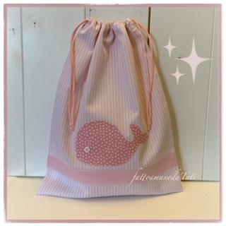 Sacchetto in piquet di cotone a righe bianche e rosa con balena a pois applicata