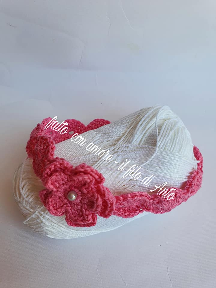 Fascia bambina lavorata a mano con fiore in puro cotone