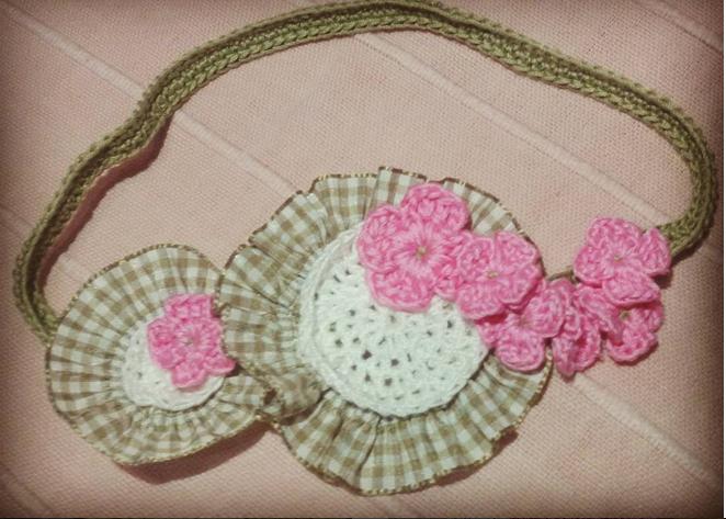 Fascia con coccarda e fiori rosa