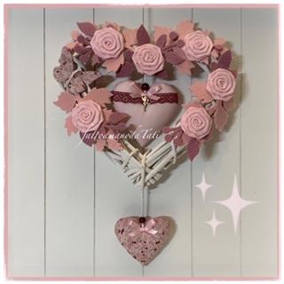 Fiocco nascita in viticcio decorato con rametti, roselline, farfalla e due cuori sui toni del rosa