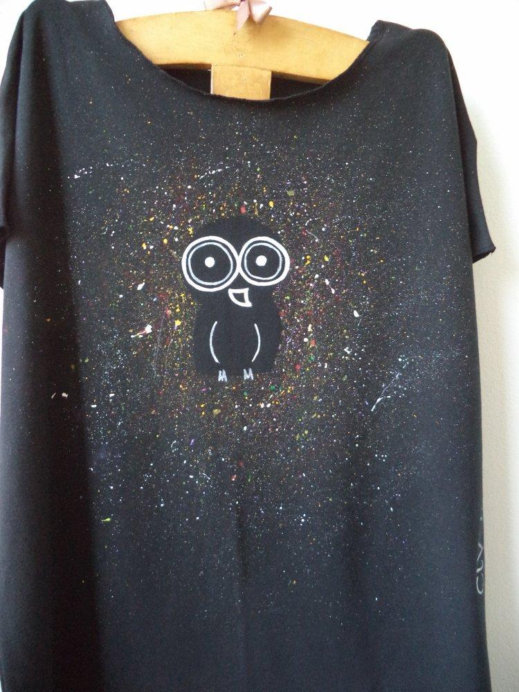 tshirt nera, maglietta dipinta a mano con disegno originale la civetta diurna,  maglietta taglia grande per la mamma,