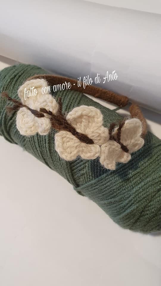 Cerchietto per capelli con farfalle lavorato a mano