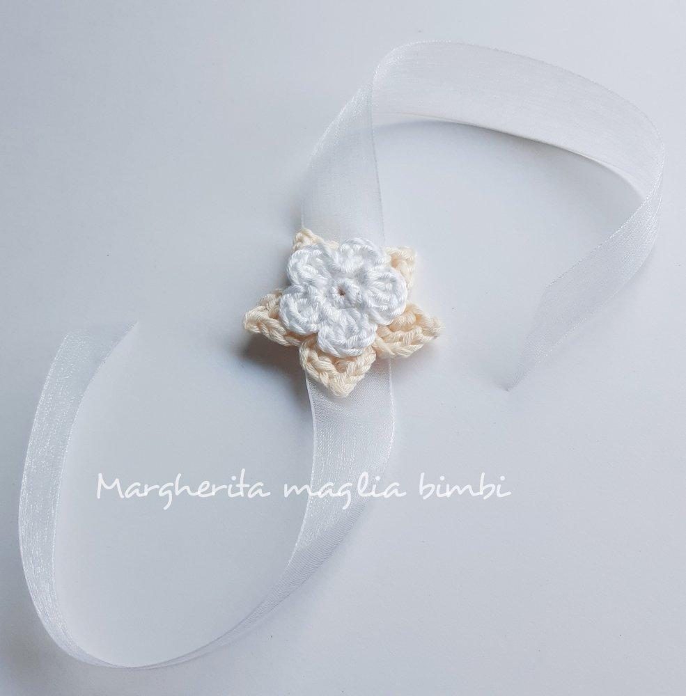 Bracciale a fiore uncinetto bianco e panna per mamma e madrina Battesimo