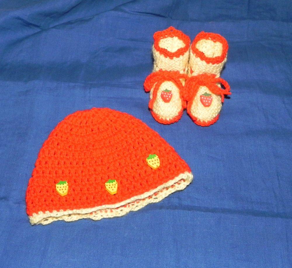 Cappellino e scarpette bebè con fragoline da 1 a 4 mesi