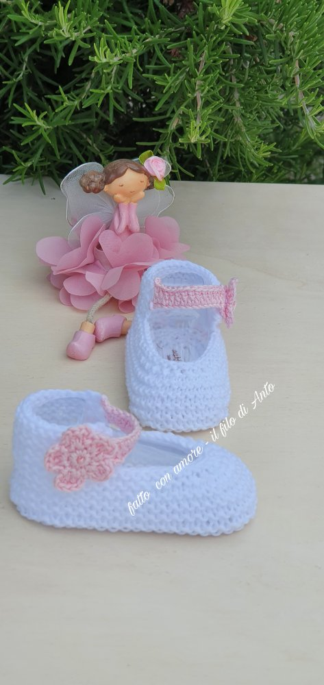 Scarpine neonata con fiore