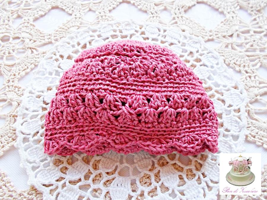 Berretto neonata in puro cotone rosa fucsia lavorato ai ferri con rifiniture ad uncinetto