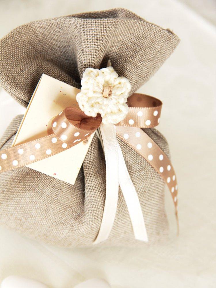 Bomboniera sacchettino per nascite o battesimi - Lino con fiore a uncinetto