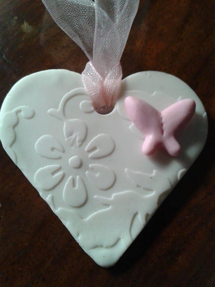 Bomboniera-ciondolo cuore bianco damascato con farfalla rosa