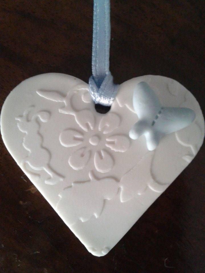 Bomboniera-ciondolo cuore bianco damascato con farfalla celeste