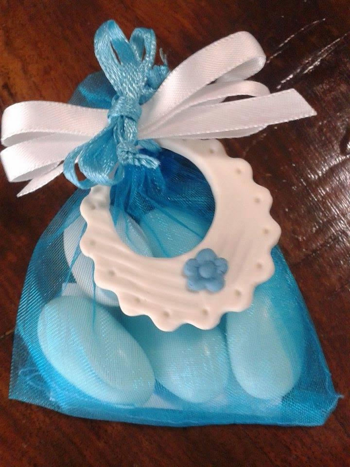 Bavaglino a rilievo con fiore bluette