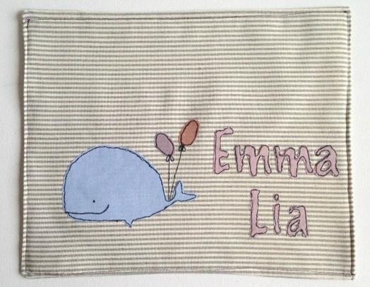 Tovaglietta per la colazione con il nome personalizzato del bambino cucita su 100% cotone con il simpatico motivo di una balena e due palloncini