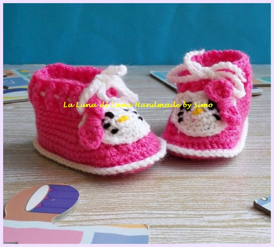 Scarpine a uncinetto per neonata ispirate a Hello Kitty