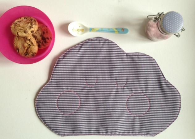 Tovaglietta per la merenda a forma di dolce nuvoletta cucita su tessuto 100% cotone a righine