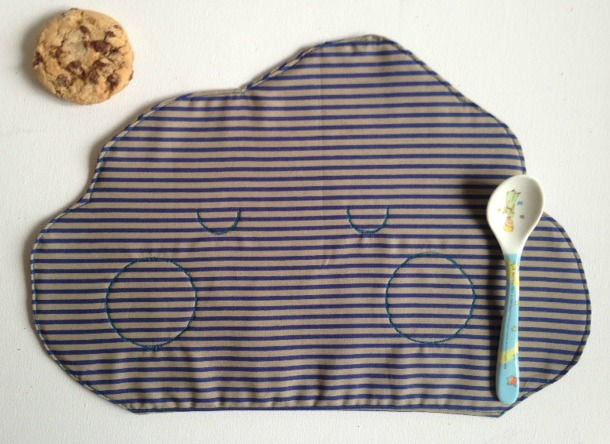 Tovaglietta per la merenda dei bambini a forma di nuvoletta in morbido cotone a righine viola e grigie